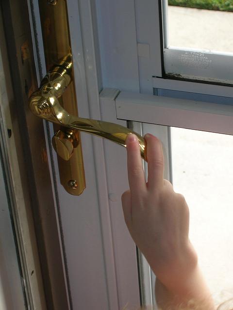 Autsch: Der Griff zur Türklinke wird bei falscher Ladung schmerzhaft. (Quelle: flickr.com/Brave Heart)