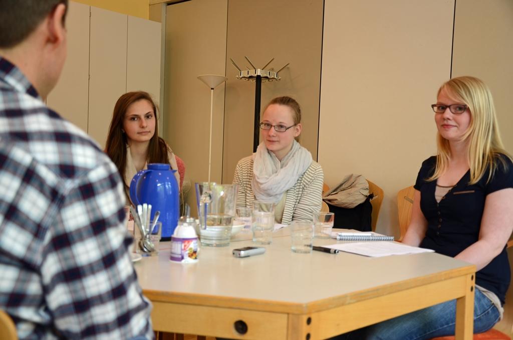 laurentinews.de Redakteurinnen Jule, Vanessa und Hanna im Interview mit Heiko