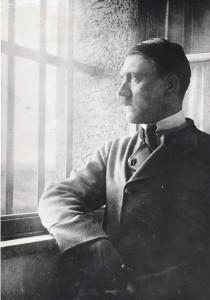 """Hitler im Gefängnis Landsberg. Dort verfasste er den ersten Band seines Buchs """"Mein Kampf""""."""